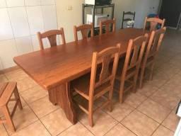 Mesa com cadeiras de madeira maciça