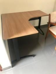 Mesa de ferro e 2 gabinetes
