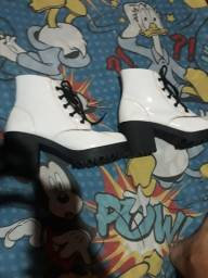 Vendo bota branca