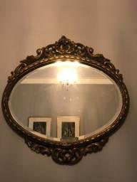 Espelho antigo com moldura em madeira.