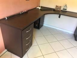 Mesa de escritório projetada em L
