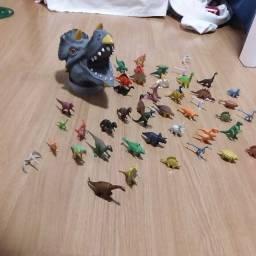 cabeça de dinossauro com 45 minis dinossauros