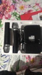 Caixa com 2 microfones + roteador, cabos e pilhas no microfone.