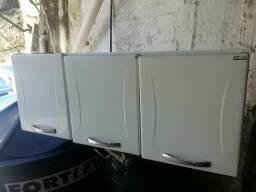 Armário de aco pontos ferrugens e móvel simples