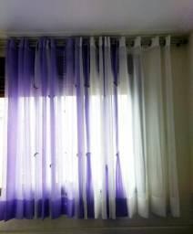 Cortina voal branca com lilás e cortina varão azul branco