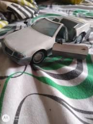 Vendo carrinho branco Mercedes de metal abre portas e porta-malas