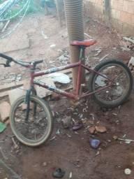 Bicicleta boa muito boa Só tá faltando uma corrente
