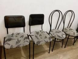 Cadeiras pretas com estofado estampado cinza e preto