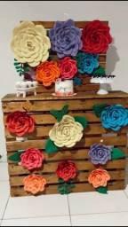 Pallet em madeira e Flores de papéis