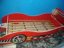 Cama em forma de carro de corrida