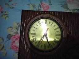 Relógio em madeira etalhada