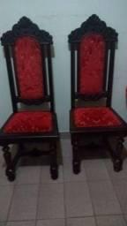 Excelentes cadeiras com estofados aveludados vermelho e mesa modelo antigo