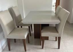 Conjunto de mesa com 4 cadeiras.
