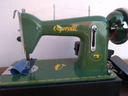 Máquina de costura reta.