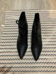 Bota bico fino com cadarço preta