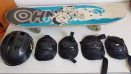 Skate com capacete, joelheiras e cotoveleira