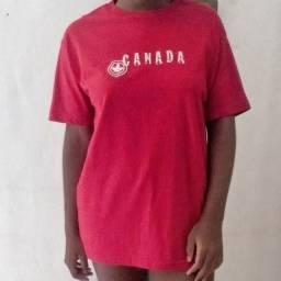 Camiseta grande da cor vermelha.