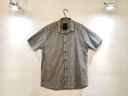 Camisa listrada com mangas, branca e preta - Masculino (Seminova).