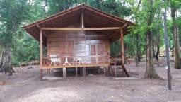 Chale, com um quarto amplo, banheiro confortavel, mobiliado
