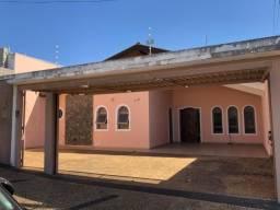 Casa com 4 dormitórios próximo a Av. Getúlio Vargas
