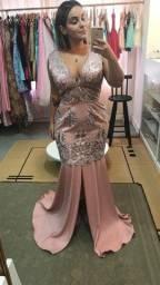Vestido de festa rosa com bordado na parte superior