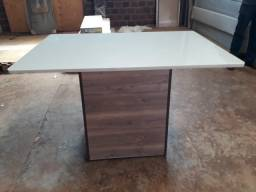 Mesa com vidro usada  medida 1,35 x 0,90