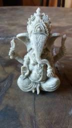 Estátua tailandesa esculpida a mão em arenito