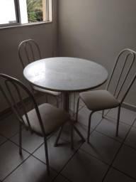 Vendo mesa com três cadeiras e guarda roupa