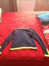 Casaco azul com alguns detalhes verde limão tamanho M