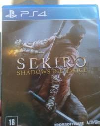 Sekiro c/pôster + Sombras da Guerra - Jogos PS4