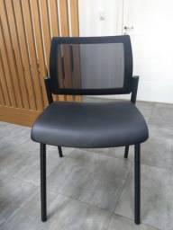 Três Cadeiras de Plástico com Encosto Telado