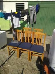 Jogo com 5 cadeiras de madeira lei