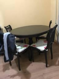 Mesa de madeira com 4 cadeiras (madeira maciça)