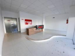 Loja comercial com 400 m² e vagas para estacionamento na frente.