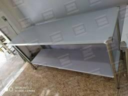 Mesa/ bancada com estrutura em inox igualmente ao tampo