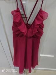 Vestido curto rosa.