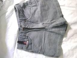Short jeans e ginástica.