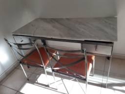Mesa e cadeiras em aço