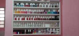 Expositor de esmalte e mesa de manicure