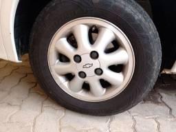 4 rodas de liga com pneus e com as 4 tampinhas