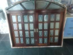Duas janelas de madeira maciça