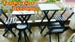 Mesas com 3 cadeiras um banco