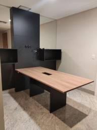 Mesa com painel e nichos - excelente para sala de reunião e escritório
