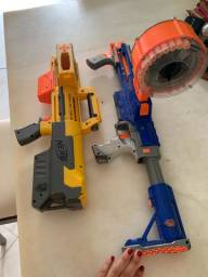 2 NERFs (armas de brinquedo)