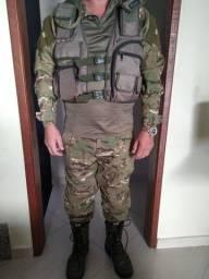 Roupa completa camuflada, calça 48, camisa GG, bota 44 e colete com diversos bolsos.