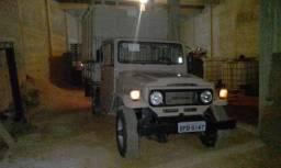 Toyota Bandeirante com gaiola para transporte de gado