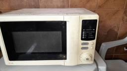 Dois microondas marca Philco e LG ,e um radio cd marca philco
