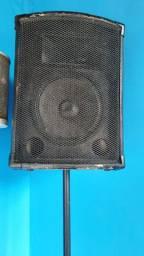 2 caixas de som com tripés