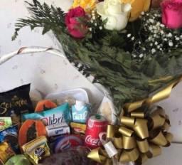 Cestas flores pelúcia chocolate rosas pétalas presentes etc