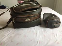 Necessaire da marca Lansay e bolsa de viagem